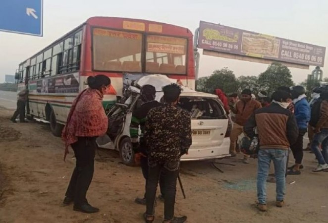 Noida: A Innova car crashed into the bus On the Yamuna Expressway, 4 killed and one injured