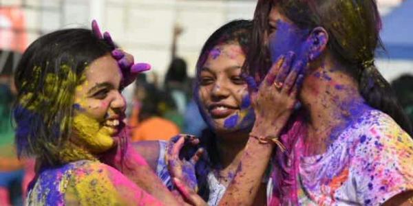 होली के रंग न कर दे आपके चेहरें और बालों की खूबसूरती को भंग
