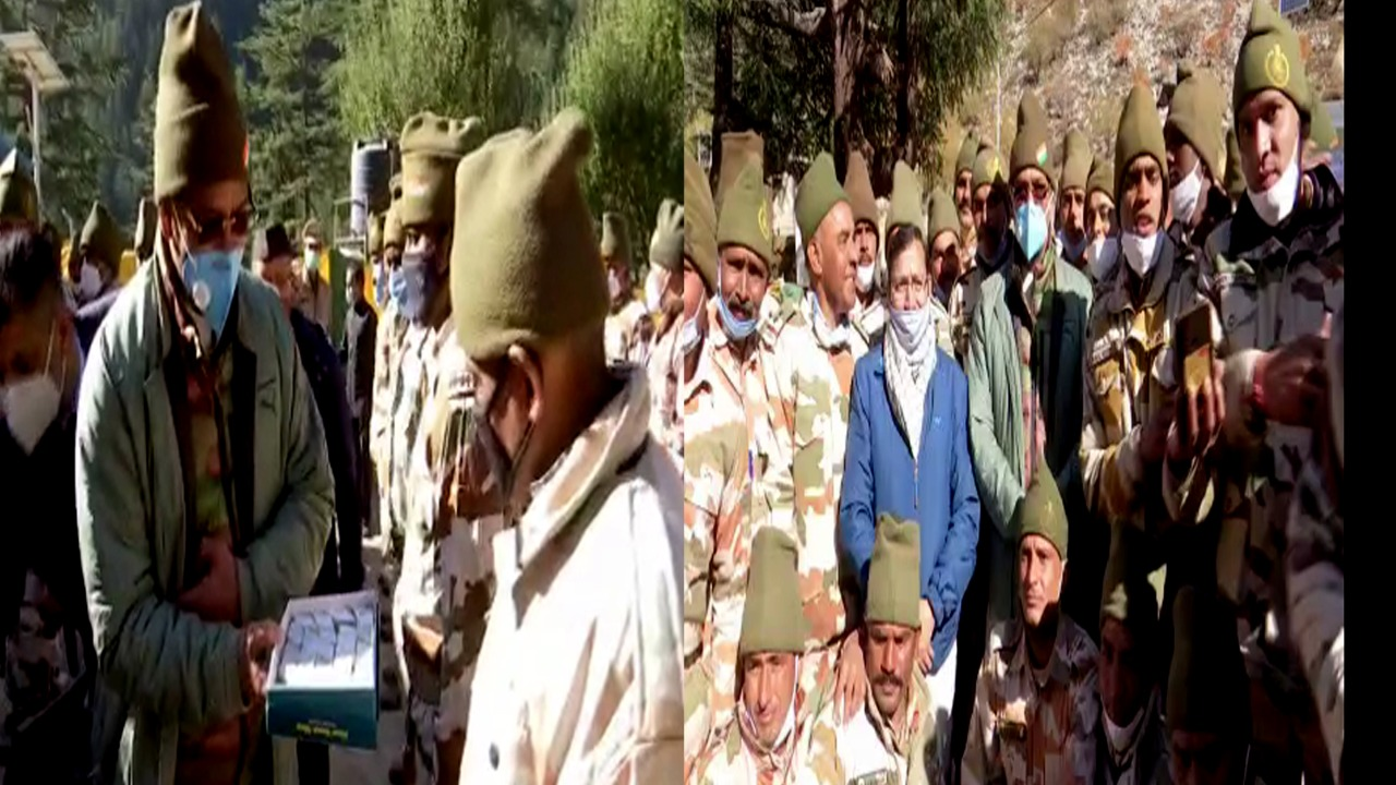 Chief Minister Trivendrs Singh Rawat celebrated Diwali with Soldiers in Uttarkashi